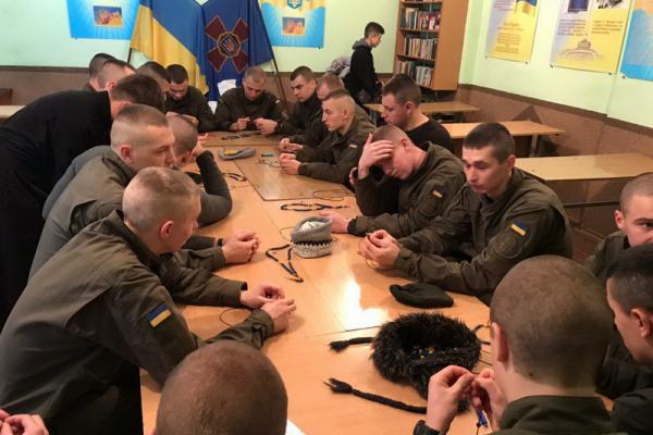 «Мечі для лицарів»: тернопільські військовослужбовці передали обереги на Схід України