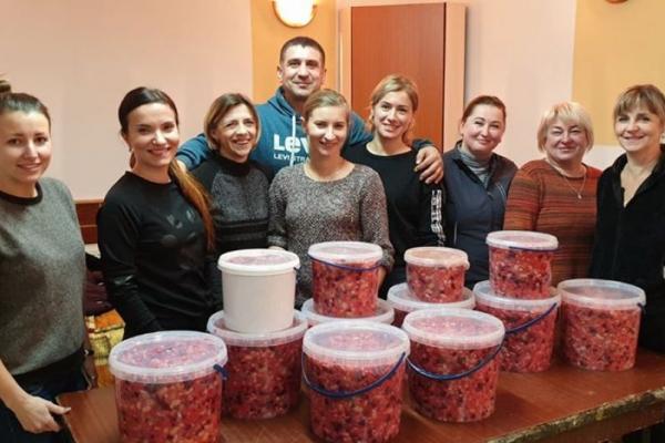 Тернопільщина: волонтери приготували для захисників понад 10 відерець вінегрету