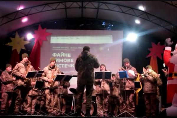 Військовий оркестр 44-ї артбригади заграв колядки і щедрівки біля головної ялинки Тернополя