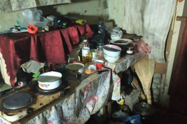 Без води і тепла: у столичному закинутому будинку замешкала родина з Тернопільщини