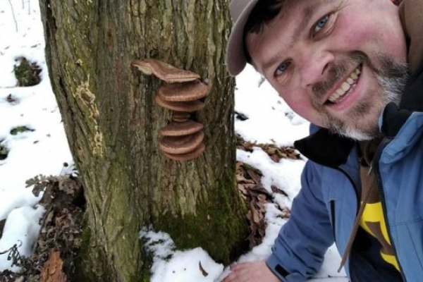 На Тернопільщині напередодні Різдва чоловік знайшов в лісі гриби і підсніжники (Фото, відео)