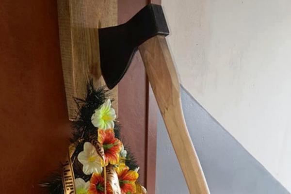 «Бригада» у Чорткові: підприємцю додому принесли похоронний вінок