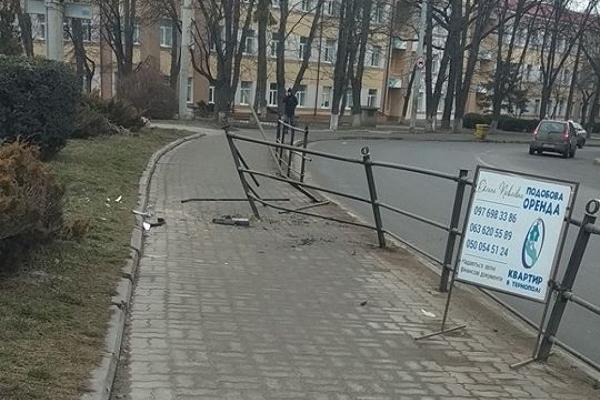 У центрі Тернополя розтрощили металеву огорожу