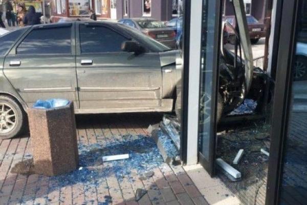 На Кременеччині водій врізався у вітрину