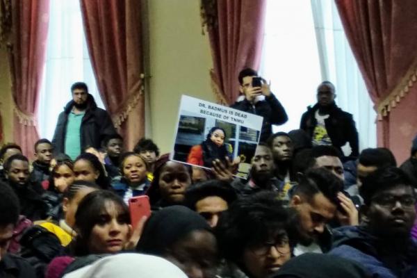 Через смерть темношкірої дівчини іноземні студенти медуніверситету вийшли на протест