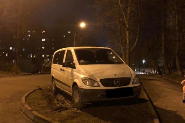«Я паркуюсь, як мудак»: У Тернополі водії полюбляють паркуватись на газонах (Фото)
