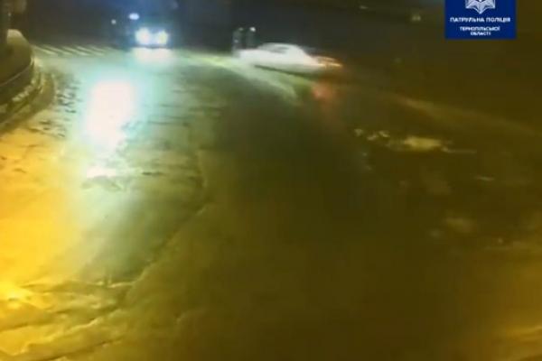 В інтернеті з'явилось відео, де видно, як Mercedes у Тернополі ледь не збив пішоходів та зіткнувся з КІА (Відео)