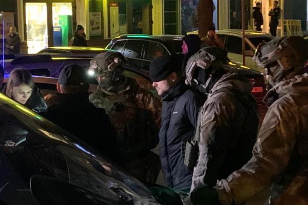 На двох вулицях Тернополя люди в камуфляжі затримують наркозлочинців (Фото)