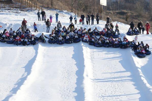 У Тернополі встановили рекорд «Наймасовіший спуск по штучному снігові на сноутюбах»