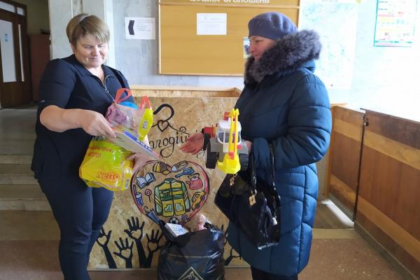На Шумщині іграшки із соціального контейнера передали дітям двох навчально-виховних комплексів