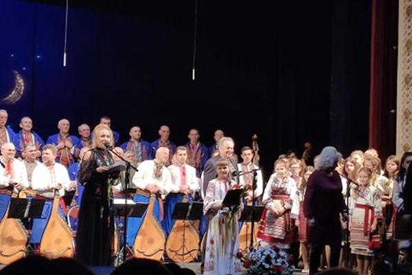 «Возвеселімся всі разом нині»: на сцені Тернопільського драмтеатру відбувся благодійний Різдвяний концерт (Відео)