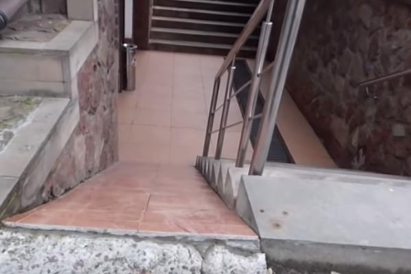 Чоловік на візку не зміг потрапити у відомий в Тернополі магазин через стрімкий пандус (Відео)