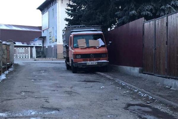 У Бучачі вантажівки паркують просто на тротуарах
