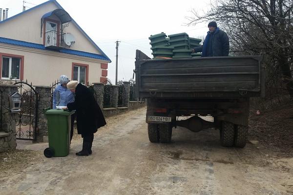 Жителі сіл Обич та Залужжя на Шумщині отримали індивідуальні контейнери для сміття