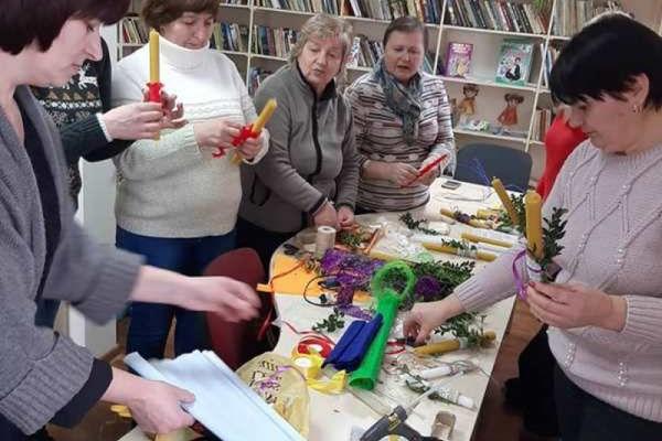 У бібліотеці с.Курники На Тернопільщині оздоблювали стрітенські свічки для одиноких та стареньких жителів села
