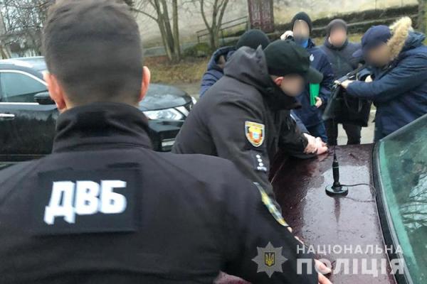 «Допомога за гроші»: на Тернопільщині патрульного затримали на хабарі