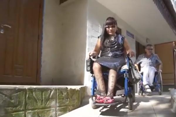 Познайомились в інтернеті і зараз живуть у Тернополі, - історія пари, яка пересувається на візках