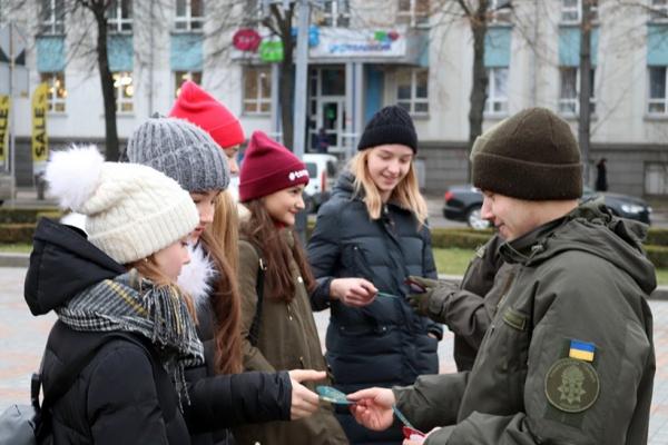 У Тернополі дарували  валентинки з побажаннями від нацгвардійців