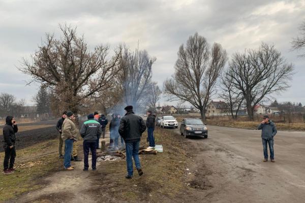 Поблизу Тернополя організували блокпости: люди протестують проти ввезення в область евакуйованих з Китаю (Відео)