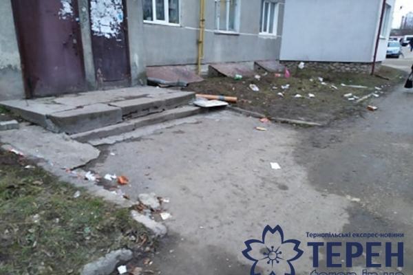 У Тернополі чоловік викидає сміття з вікна власної квартири