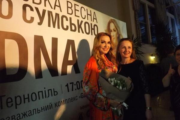 Відомі, творчі, успішні жінки Тернопільщини одягнули особливі сукні-обереги з колекції «RIDNA» (Фото)