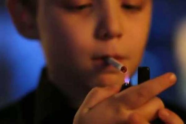 На Тернопільщині правоохоронці склали майже 50 постанов за куріння неповнолітніх у громадських місцях