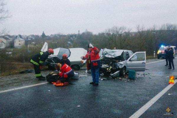 Моторошна аварія біля Тернополя: автомобілі розтрощені (Фото)