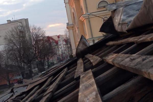 У Тернополі сильні вітри зірвали дах закинутого будинку
