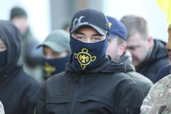 Штовханина, дим та десятки правоохоронців: у Тернополі обурені активісти вийшли на акцію непокори (Фото)