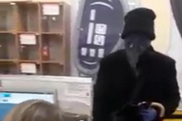 У Збаражі чоловік скуплявся у супермаркеті у масці «ворони» (Відео)