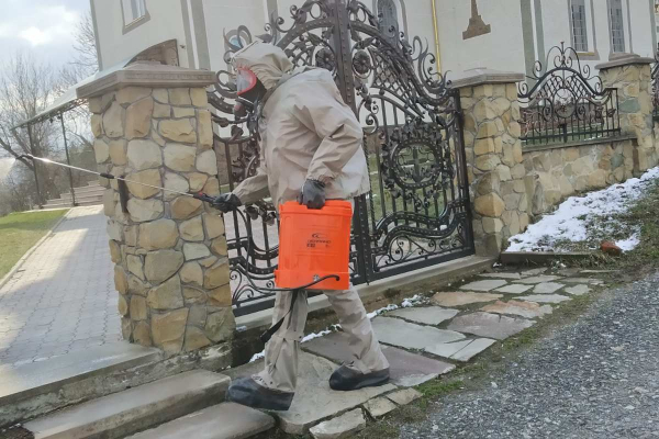 На Тернопільщині рятувальники дезінфікують приміщення будівель та церков