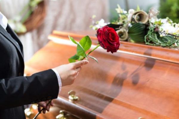 Донька священника, на похороні якого ймовірно поширився вірус, звернулася до людей