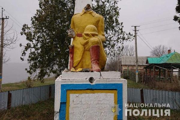 «Розтрощили пам'ятник воїнам Другої світової війни»: на Тернопільщині розшукують вандалів