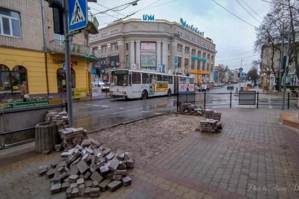«Допоки мало пішоходів»: у Тернополі розпочали роботи з пониження бордюрного каменю