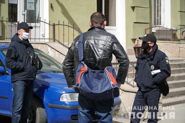 «Не впустила додому, бо повернувся з Польщі»: у Тернополі чоловік шукав прихисток
