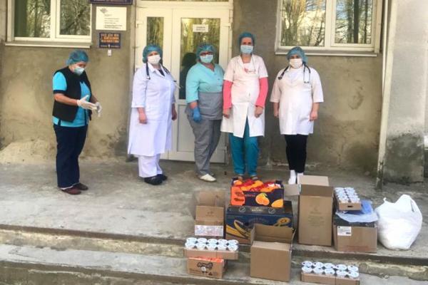 Тернопільський депутат Юрій Смакоуз порадував смаколиками маленьких пацієнтів інфекційного відділення міської дитячої лікарні