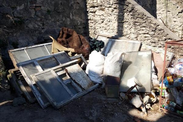 На Тернопільщині люди засипають вулиці сміттям