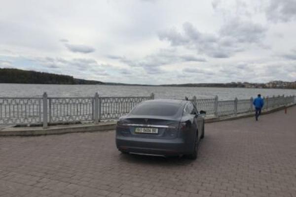 У Тернополі, порушивши правила, чоловік припаркував Теслу на набережній (Фото)