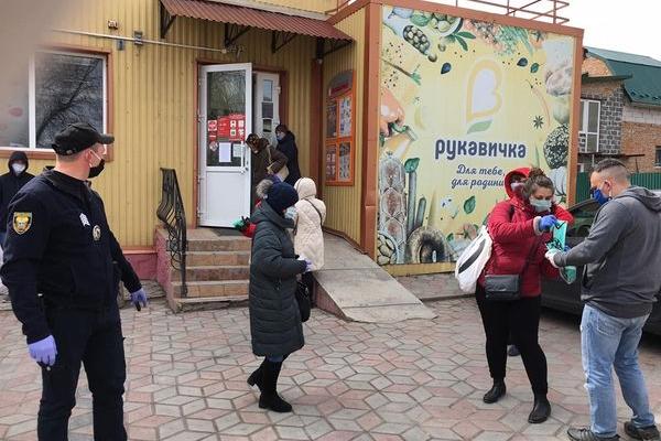 Підгаєцькі поліцейські разом з волонтерами роздавали маски людям