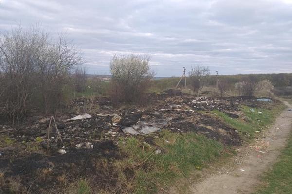 Мандрівник із Тернопільщини показав засмічені поля біля одного з райцентрів