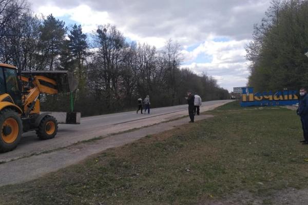 Тернопільщина: в'їзд та виїзд з Почаєва перекрили