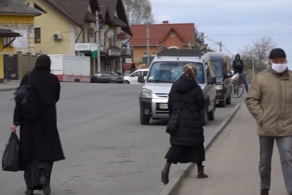 Блокпости та абсолютний контроль: місто Почаїв закрили на карантин (Відео)