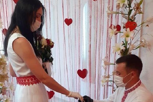 У Монастириськах пара вирішила зарєструвати шлюб у час карантину
