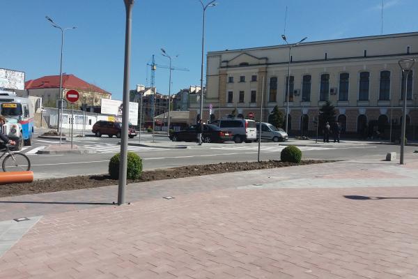 На Привокзальному майдані Тернополі висадили самшити, клени та оновили парковку