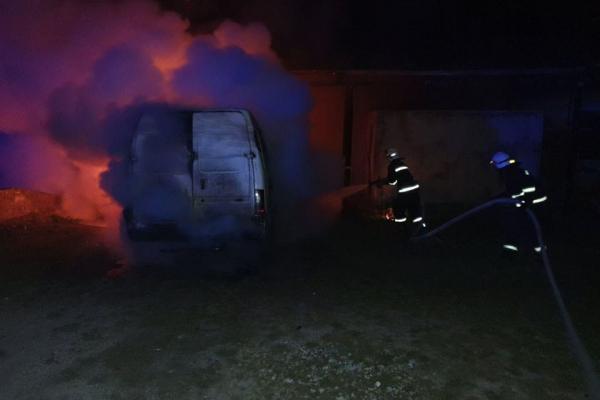 На Тернопільщині вогонь вщент знищив мікроавтобус