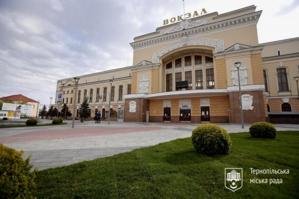 «Ремонтні роботи тривали майже рік»: у Тернополі повністю оновили Привокзальний майдан