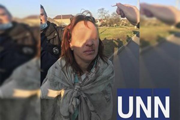 Шок: Гола жінка несла у пакеті голову доньки