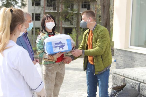 19 термобоксів від групи «За майбутнє» отримали медики виборчого округу Івана Чайківського