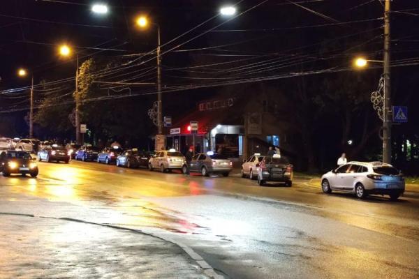 «Пасажир не хотів платити»: вночі у Тернополі з'їхалось кілька десяток таксі