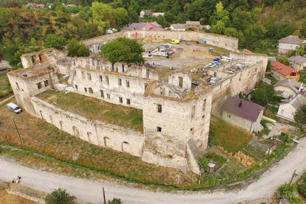 Подільський «Пентагон»: буремна 410-річна історія замку у Чорткові